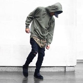 Как и с чем носить: оливковый худи, оливковая футболка с круглым вырезом с камуфляжным принтом, черные рваные зауженные джинсы, черные высокие кеды