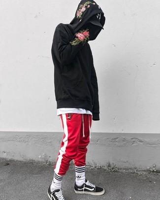 Как и с чем носить: черный худи с цветочным принтом, белая футболка с круглым вырезом, красно-белые спортивные штаны в вертикальную полоску, черно-белые низкие кеды из плотной ткани