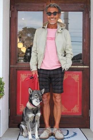 Как и с чем носить: бежевый худи, розовая футболка с круглым вырезом с принтом, черные шорты в клетку, серые замшевые ботинки дезерты