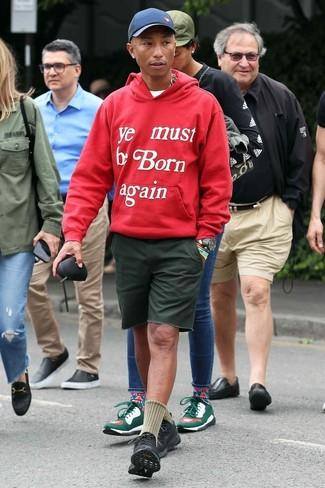 Как и с чем носить: красный худи с принтом, белая футболка с круглым вырезом, темно-зеленые шорты, черные кроссовки