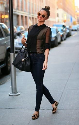 черная блуза на пуговицах темно синие джинсы скинни коричневые лоферы с кисточками черная большая сумка large 999