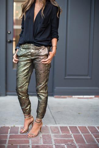 Как и с чем носить: черная блузка с длинным рукавом, золотые узкие брюки, серебряные кожаные босоножки на каблуке