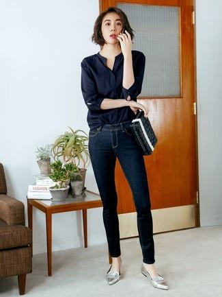 Как и с чем носить: черная блузка с длинным рукавом, темно-синие джинсы скинни, серебряные кожаные лоферы