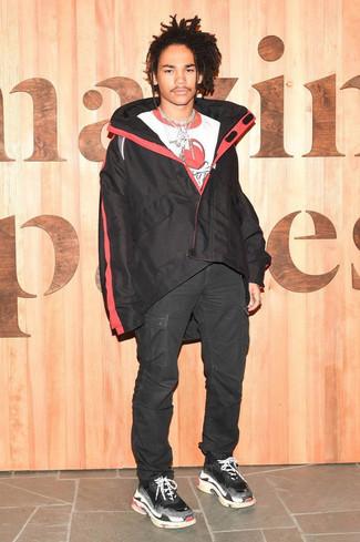 Как и с чем носить: черная ветровка, бело-красная футболка с круглым вырезом с принтом, черные брюки карго, черные кроссовки