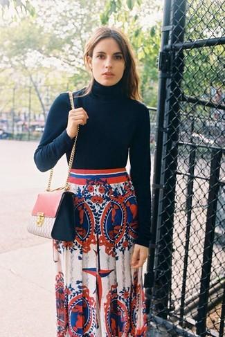 Как и с чем носить: черная водолазка, бело-красно-синяя длинная юбка с принтом, розовая кожаная сумка через плечо