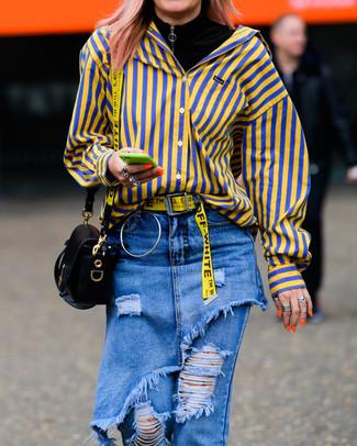 Как и с чем носить: черная водолазка, желтая классическая рубашка в вертикальную полоску, синие рваные джинсы, черная кожаная сумка через плечо
