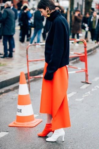 Как и с чем носить: черная шерстяная водолазка, оранжевая юбка-миди, оранжевые кожаные ботильоны, золотые серьги