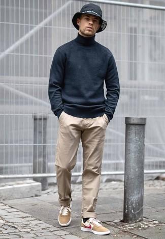 Как и с чем носить: черная водолазка, светло-коричневые брюки чинос, светло-коричневые замшевые низкие кеды, черная джинсовая шляпа