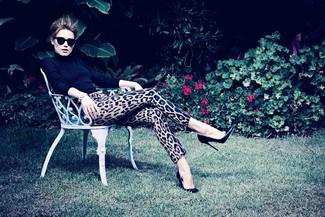 черная водолазка светло коричневые узкие брюки с леопардовым принтом черные кожаные туфли large 1102