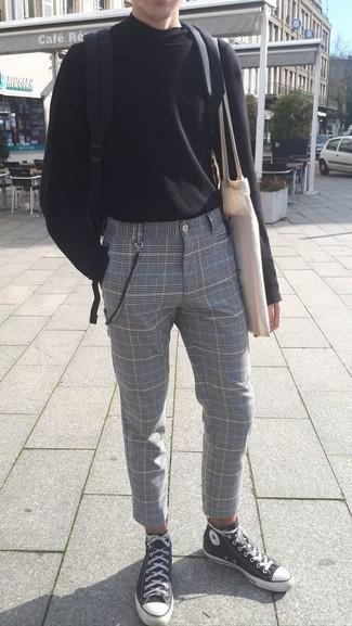 Как и с чем носить: черная водолазка, серые классические брюки в шотландскую клетку, черно-белые высокие кеды из плотной ткани, черный рюкзак из плотной ткани