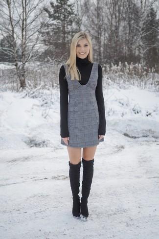 Как и с чем носить: черная водолазка, серый сарафан в шотландскую клетку, черные замшевые ботфорты