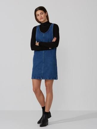Как и с чем носить: черная водолазка, синий джинсовый сарафан, черные кожаные ботильоны, черные носки