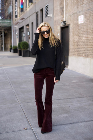 Как и с чем носить: черная шерстяная водолазка, темно-красные бархатные брюки-клеш, черные замшевые ботильоны, черная кожаная стеганая сумка-саквояж