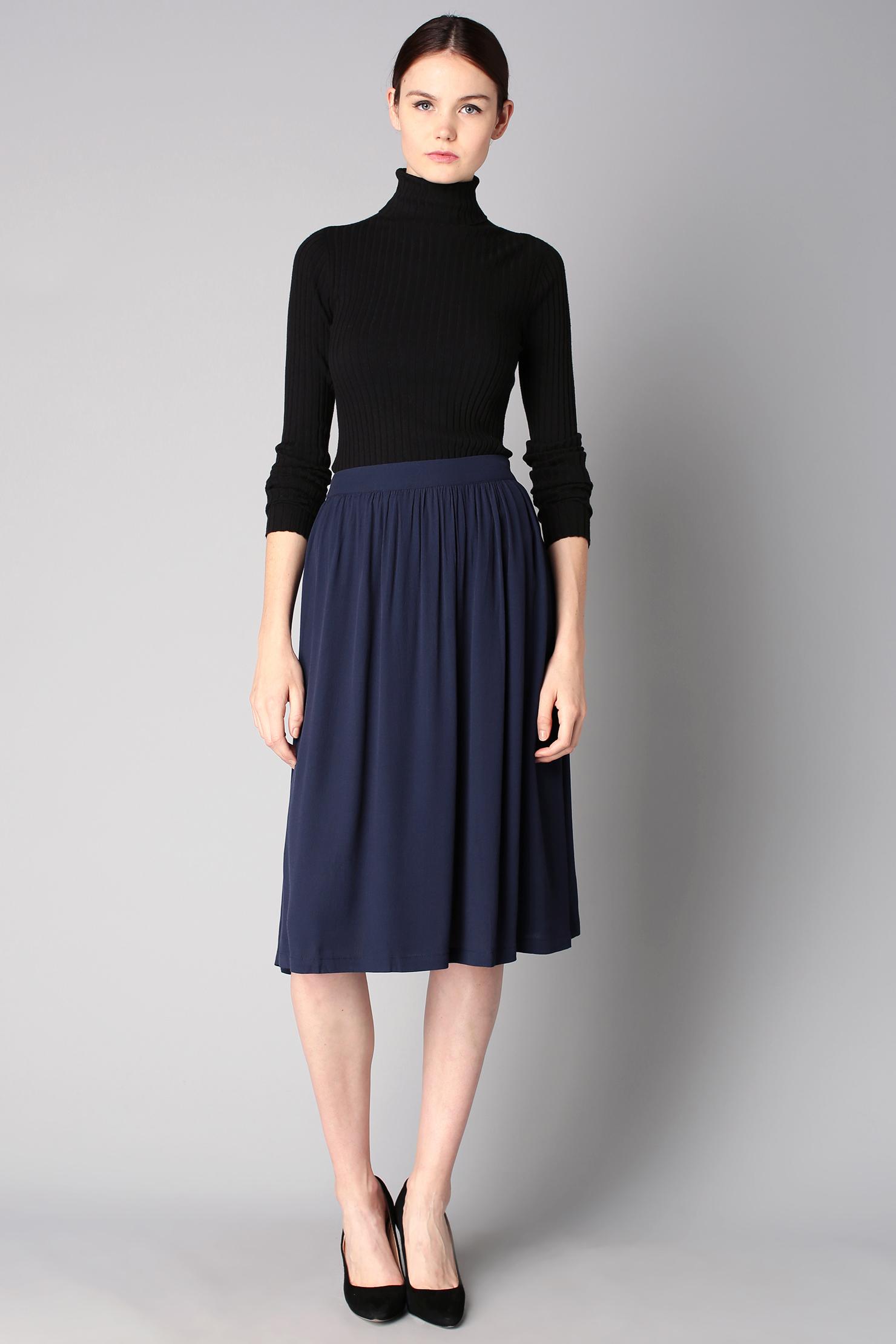 Темно синяя юбка миди с чем носить