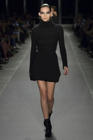 Как и с чем носить: черная водолазка, черная шерстяная мини-юбка, черные бархатные ботильоны