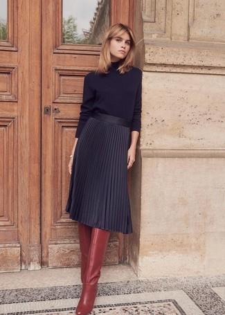 Как и с чем носить: черная водолазка, черная юбка-миди со складками, темно-красные кожаные сапоги