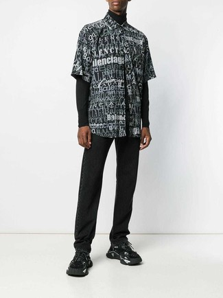 Как и с чем носить: черная водолазка, черно-белая рубашка с коротким рукавом с принтом, черные джинсы, черные кроссовки
