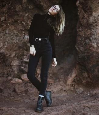 Как и с чем носить: черная водолазка, черные джинсы скинни, черные кожаные ботинки на шнуровке, черный кожаный ремень