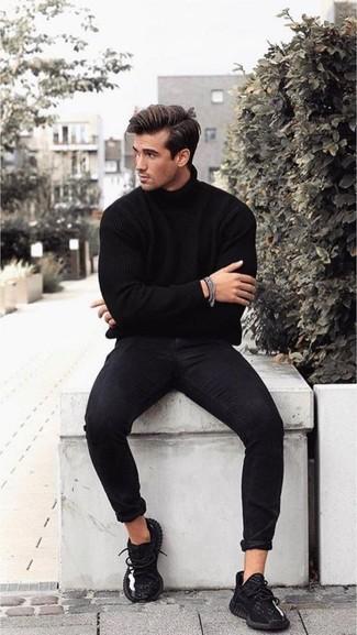 Как и с чем носить: черная водолазка, черные зауженные джинсы, черные кроссовки, серебряный браслет