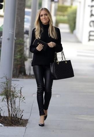 Как и с чем носить: черная вязаная водолазка, черные кожаные узкие брюки, черные кожаные туфли, черная кожаная стеганая большая сумка