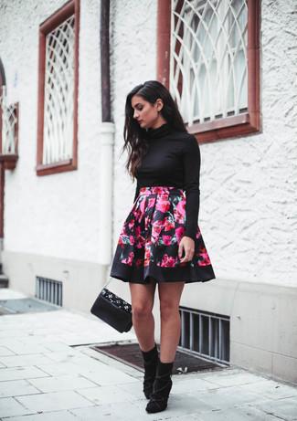 Как и с чем носить: черная водолазка, ярко-розовая короткая юбка-солнце с цветочным принтом, черные замшевые ботильоны, черная кожаная сумка через плечо с украшением