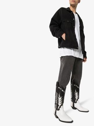 Как и с чем носить: черная джинсовая куртка, белая футболка с круглым вырезом, темно-серые джинсы, черно-белые кожаные ковбойские сапоги