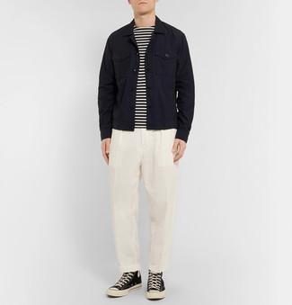 Как и с чем носить: черная джинсовая куртка, бело-черная футболка с длинным рукавом в горизонтальную полоску, белые классические брюки, черно-белые высокие кеды из плотной ткани