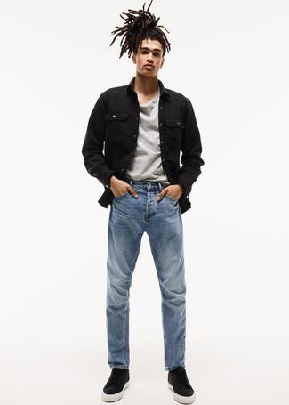 Как и с чем носить: черная джинсовая куртка, серая футболка с круглым вырезом, синие джинсы, черные кожаные высокие кеды