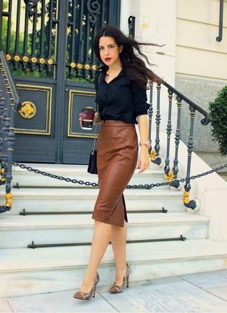 черную классическую рубашку и коричневую кожаную юбку-миди можно надеть как на работу, так на прогулку. Вкупе с этим нарядом органично будут смотреться коричневые кожаные туфли со змеиным рисунком.
