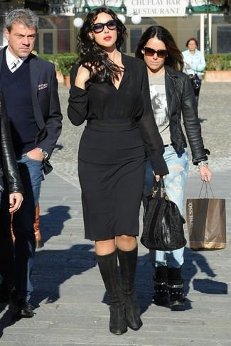 Как и с чем носить: черная шелковая классическая рубашка, черная юбка-карандаш, черные замшевые сапоги, черная кожаная большая сумка