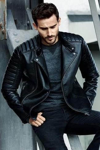 Как и с чем носить: черная кожаная стеганая косуха, темно-серый свитшот, черные зауженные джинсы