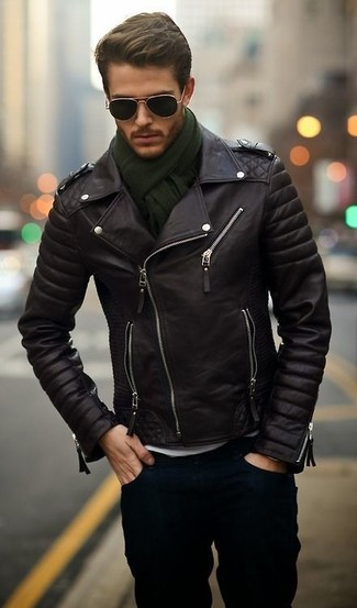 Приверженцам стиля casual должно понравиться сочетание черной кожаной косухи и темно-синих джинсов.