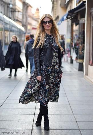 Как и с чем носить: черная кожаная косуха с шипами, черное платье-миди с цветочным принтом, черные замшевые сапоги