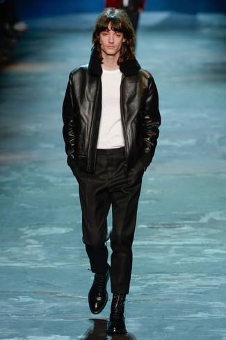 Модный лук: черная короткая дубленка, белая футболка с круглым вырезом, черные классические брюки, черные кожаные классические ботинки