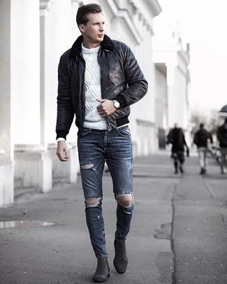 Как и с чем носить: черная короткая дубленка, белый вязаный свитер, темно-серые рваные зауженные джинсы, темно-серые замшевые ботинки челси