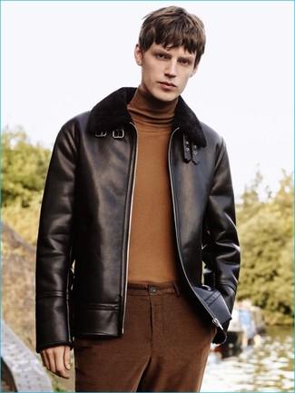 Как и с чем носить: черная короткая дубленка, коричневая водолазка, коричневые брюки чинос