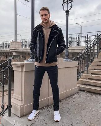 Как и с чем носить: черная короткая дубленка, коричневый худи, черные рваные зауженные джинсы, белые кроссовки
