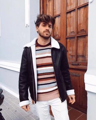 Как и с чем носить: черная короткая дубленка, разноцветный свитер с круглым вырезом в горизонтальную полоску, белые брюки чинос