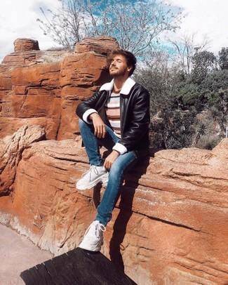 Как и с чем носить: черная короткая дубленка, разноцветный свитер с круглым вырезом в горизонтальную полоску, синие зауженные джинсы, белые кроссовки