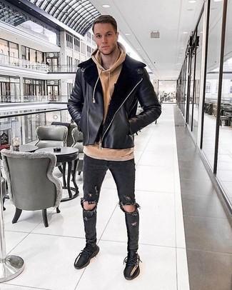 Как и с чем носить: черная короткая дубленка, светло-коричневый худи, черные рваные зауженные джинсы, черные кроссовки