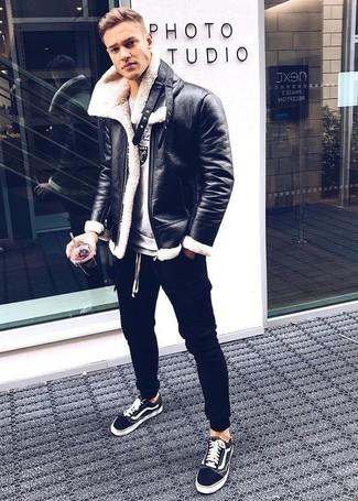 Как и с чем носить: черная короткая дубленка, серый свитшот с принтом, черные спортивные штаны, черные низкие кеды