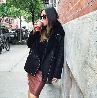 Как и с чем носить: черная короткая дубленка, черная водолазка, коричневая кожаная юбка-карандаш, черные солнцезащитные очки