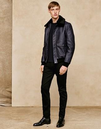 Как и с чем носить: черная короткая дубленка, черный свитер с круглым вырезом, черные джинсы, черные кожаные ботинки челси