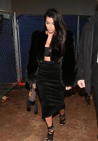 Как Kim Kardashian носит Черная короткая шуба, Черный укороченный топ, Черная юбка-миди, Черные замшевые босоножки на каблуке