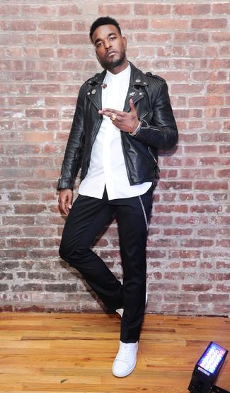 Как и с чем носить: черная кожаная косуха, белая классическая рубашка, черные брюки чинос, белые кожаные низкие кеды