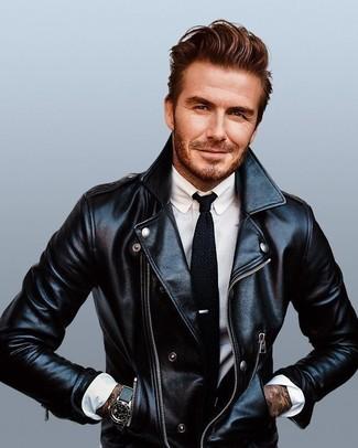 Как David Beckham носит Черная кожаная косуха, Белая классическая рубашка, Черный вязаный галстук, Черные кожаные часы
