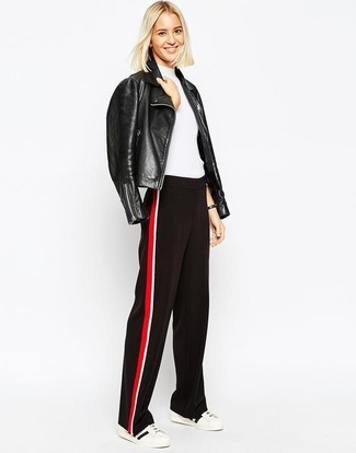 Как и с чем носить: черная кожаная косуха, белая кофта с коротким рукавом, красно-черные широкие брюки, бело-черные низкие кеды