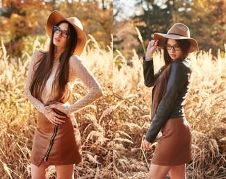 Как и с чем носить: черная кожаная косуха, белая кружевная футболка с длинным рукавом, коричневая кожаная мини-юбка, светло-коричневая шерстяная шляпа