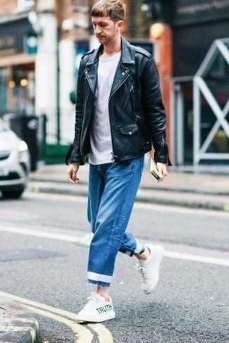 Модные мужские луки 2020 фото: Несмотря на то, что это достаточно простой ансамбль, образ из черной кожаной косухи и синих джинсов приходится по душе стильным мужчинам, неизбежно покоряя при этом сердца барышень. Что же до обуви, белые кожаные низкие кеды с принтом — наиболее выигрышный вариант.
