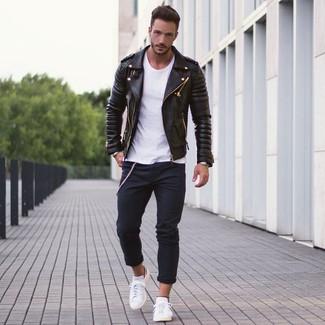 Черная кожаная косуха и темно-синие брюки чинос — must have вещи в стильном мужском гардеробе. Вкупе с этим нарядом органично будут смотреться белые низкие кеды.